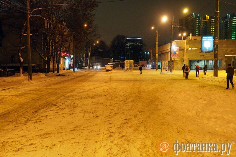 """площадь возле метро """"Удельная"""""""