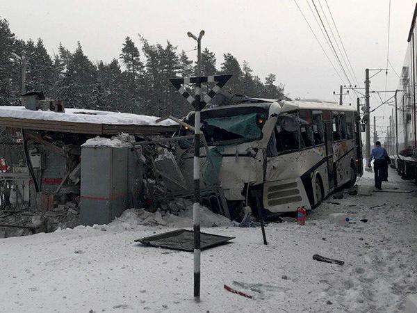На границе с Петербургом «Ласточка» протаранила автобус