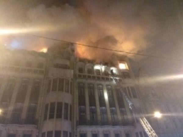 В Петербурге горит столетний Дом с фонтаном