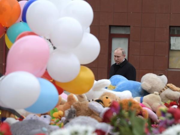 Путин на стихийном мемориале на месте трагедии//Пресс-служба президента РФ