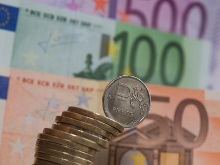 Эксперты указали на три риска, из-за которых доллар может подорожать на 10 рублей
