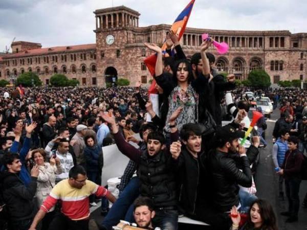 Мирная революция в Армении ликует