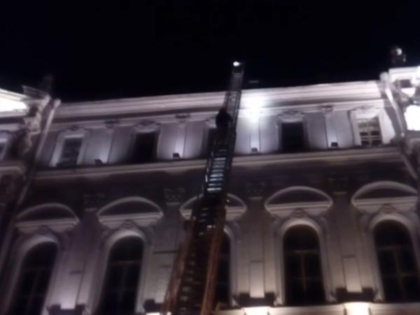 Руфера на Миллионной пожарные прокатили на лестнице