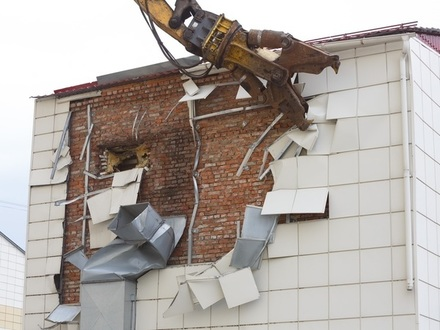 Экскаватор-разрушитель уничтожит «Зимнюю вишню» за 30 дней