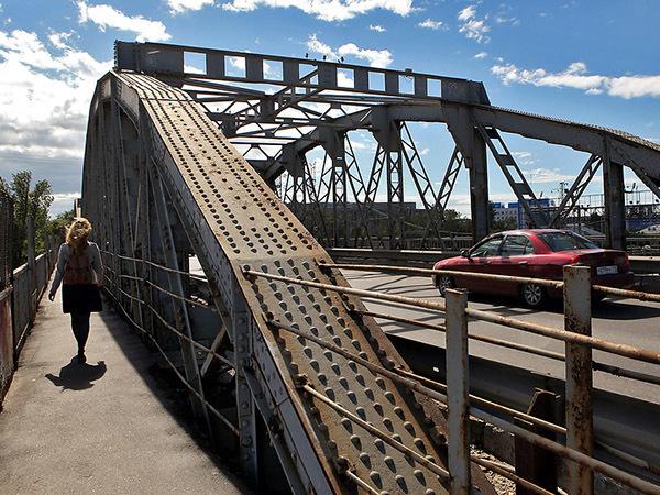 Цимбалинский мост застрял на рельсах