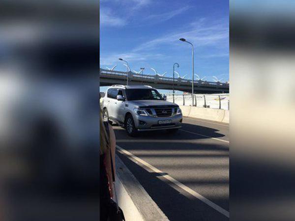 Кортежу из трёх автомобилей покорился пешеходный Яхтенный мост
