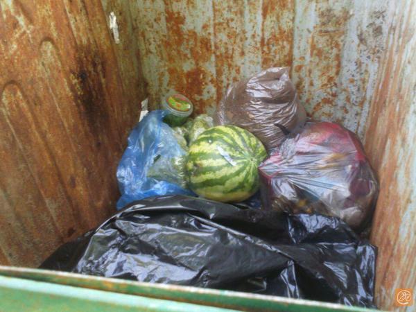 Жители Выборгского района подозревают, что «Лента» выкидывает еду