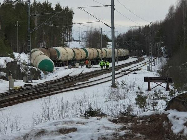 Финская полиция расследует утечку 35 тонн ядовитого вещества из российского поезда