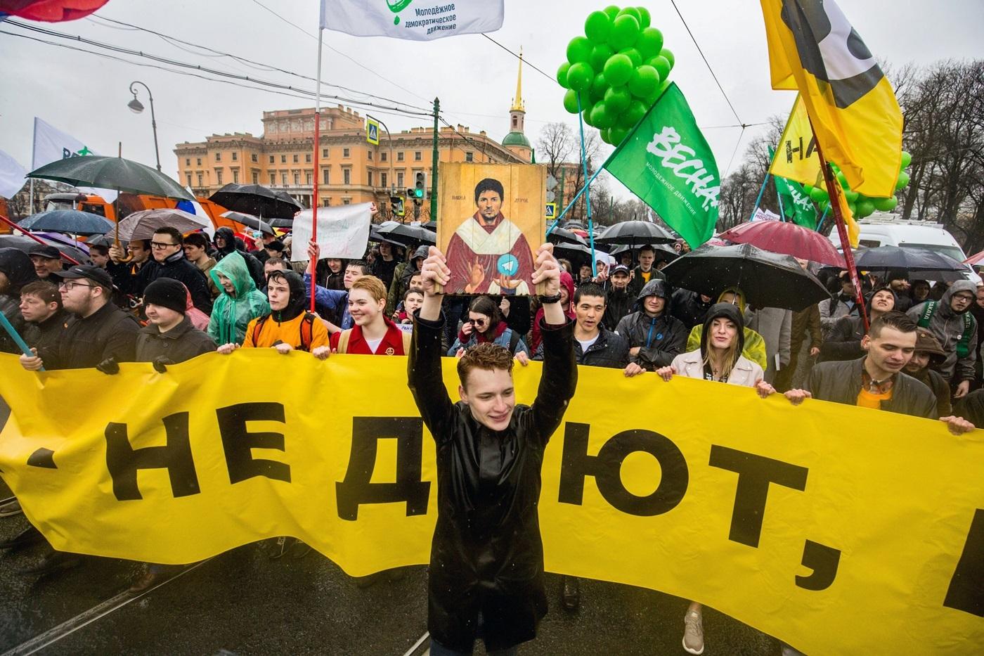Илья Гантварг первого мая (в центре)