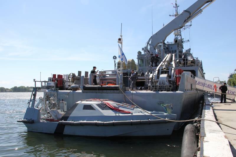 Противоминный корабль базовой зоны «Александр Обухов» и безэкипажный катер Inspector Mk2