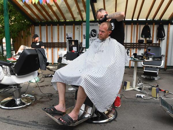 Человек с хорошей стрижкой – «Ночлежка» устроила благотворительную уличную парикмахерскую