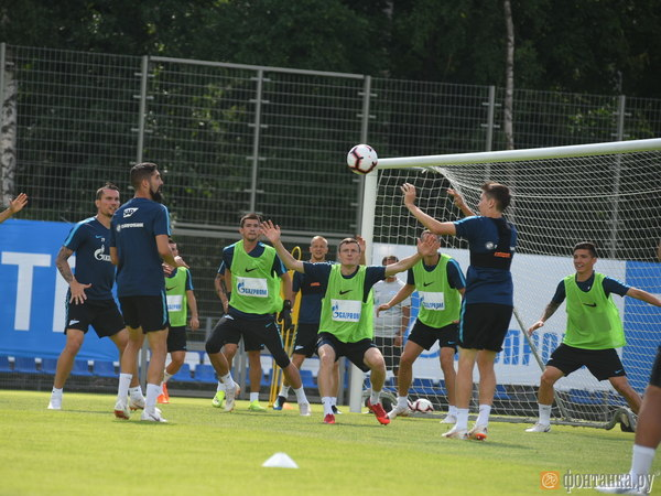 Болельщики встретили Дзюбу перед тренировкой в Удельном парке и провозгласили «богом футбола»
