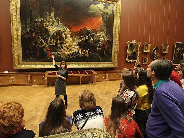 «Профессионального гида видно по движениям»: как музеи Петербурга выявляют нелегалов