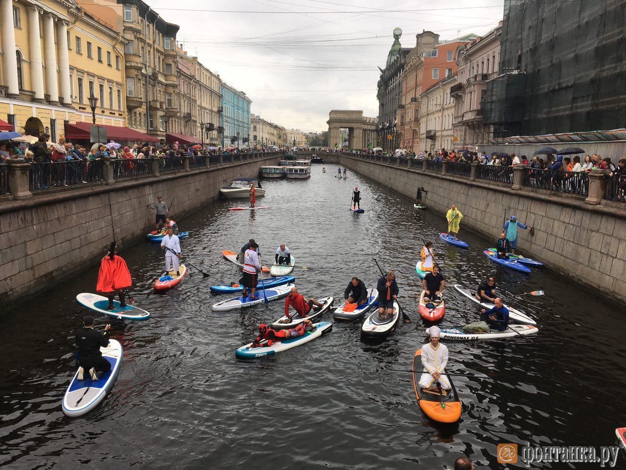 Адмирал фестиваля «Фонтанка-SUP» принял SUP-парад на Итальянском мостике (Иллюстрация 1 из 3)