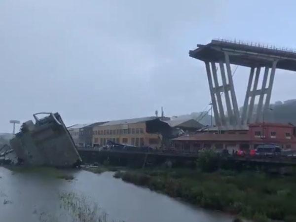 Подтверждена гибель 30 человек в Генуе. Спасатели вытаскивают из расплющенных машин пострадавших