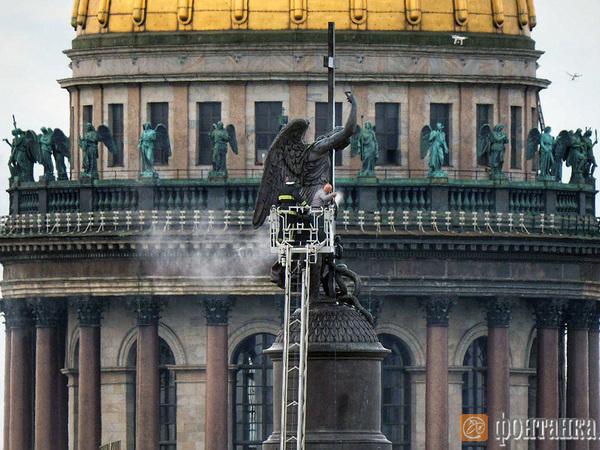 Фото дня: банные процедуры для ангела. С Александровской колонны смыли 15-летнюю грязь