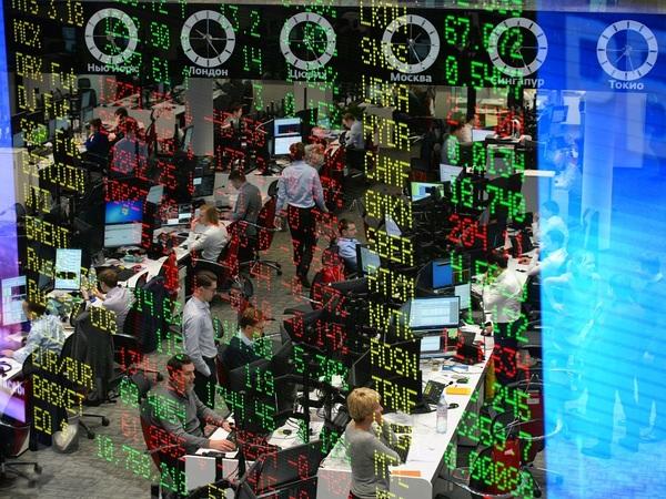 Доллар по 66: как рубль и акции падают на фоне новых американских санкций в режиме онлайн