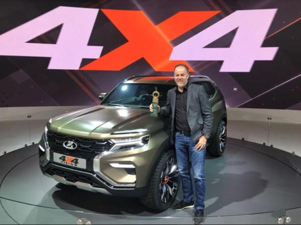 Lada Vision 4x4 и директор по дизайну Lada Стив Маттин на Московском международном автосалоне с наградой за лучший экспонат.