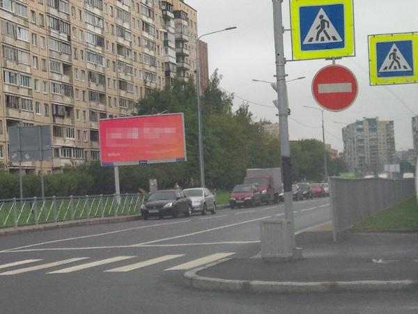 Высокий забор на перекрёстке
