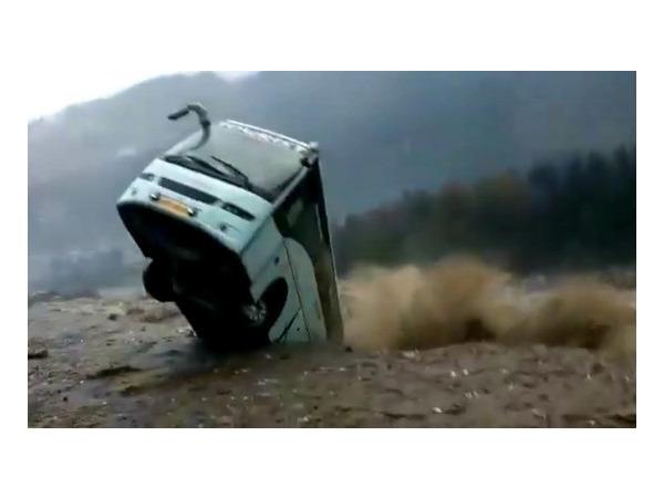 В Индии стихия уносила жизни и дороги: в Манали оползень смыл автобус