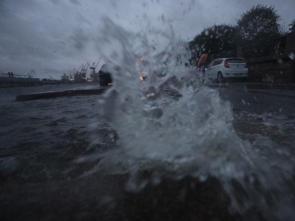 В Петербурге холодно, сыро и ветрено. Дамба будет закрыта до завтра, ветер усиливается