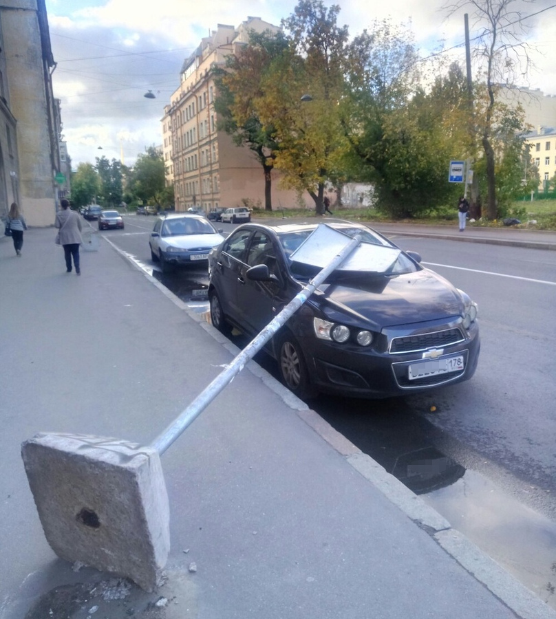 На Кронверкской улице, 7, знак накрыл «Шевроле».