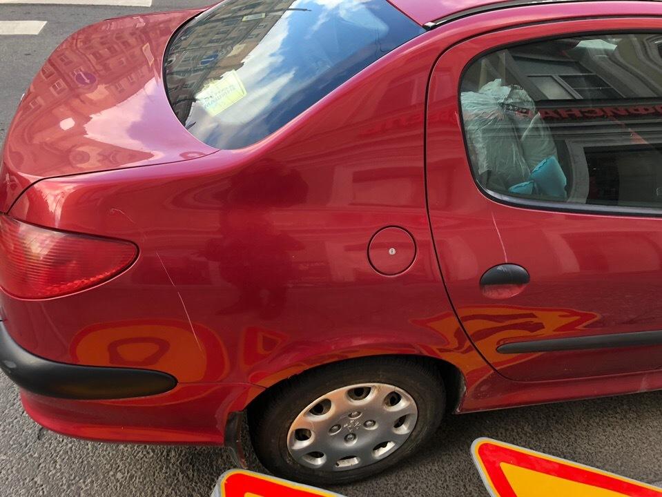Угол Малодетскосельского и Московского проспектов, знак поцарапал машину.