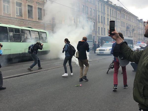 Протестующие в Петербурге прорвали кольцо ОМОНа  и митингуют на Академика Лебедева. В полицию летят дымовые шашки