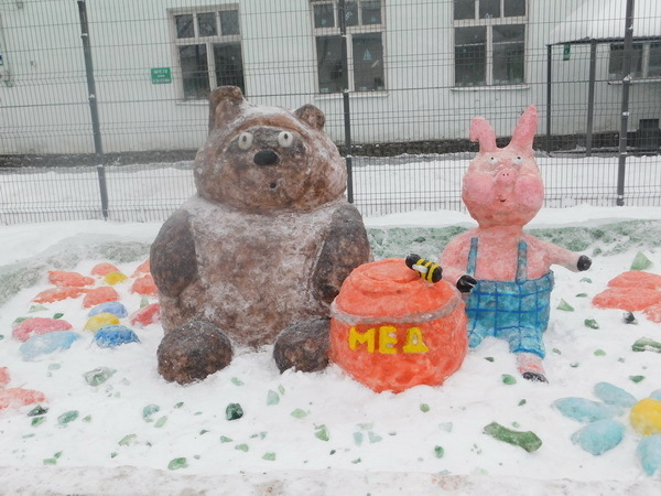 Тройка запряжённых свиней, Пятачок и поросёнок на мотоцикле. Мордовские заключённые лепят символ года из снега