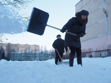 «Конечно, нам в выходной очень нравится убирать снег». На войну с сугробами привлекли школьных учителей
