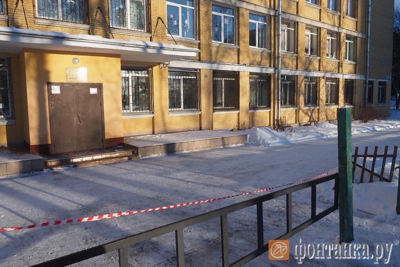 У школы №489 Московского района рабочие справились без помощи учителей