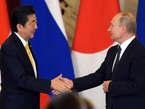 Премьер-министр Японии Синдзо Абэ и президент России Владимир Путин//Дмитрий Азаров/Коммерсантъ