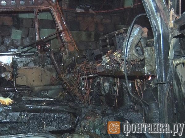 Обугленные «Скании», вылетевшие ворота: «Фонтанка» показывает последствия пожара на автомойке, который мог начаться с газа