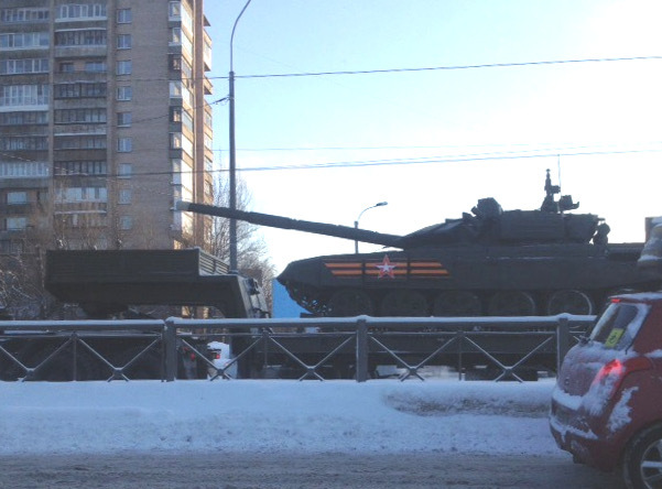 Макс: «11:33 по Пискарёвскому в сторону севера движется военная колонна. Прилегающие дороги закрыты».