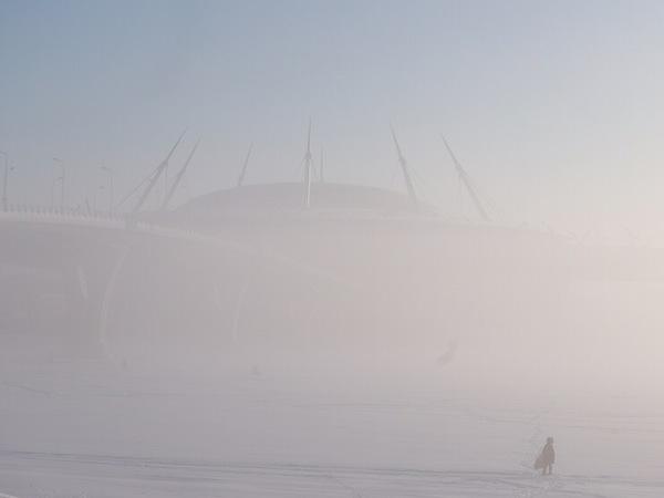 Туман окутывает Петербург. ЗСД и стадион на Крестовском едва различимы