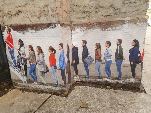 Очередь за визами не будет вечной. Злободневное граффити на здании Генконсульства Финляндии в Петербурге закрасят