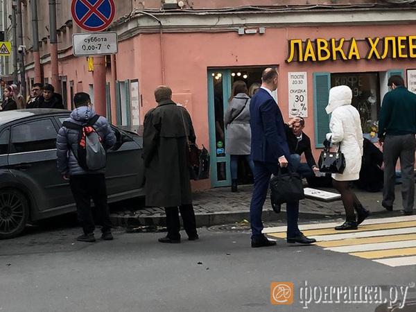 Легковушка влетела в кафе на Гороховой. Очевидцы сообщают о сбитом на тротуаре пешеходе
