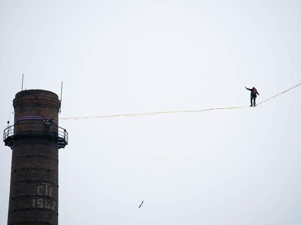 Длинно, скользко, холодно и нелегально: хайлайнеры прошли «Красный треугольник» по воздуху. Без падений не обошлось