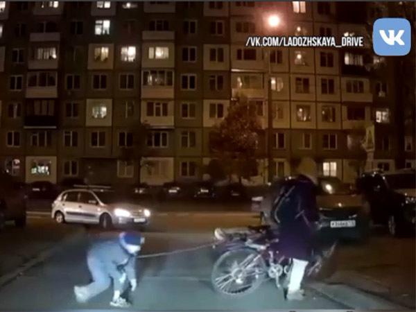 Это Питер, детка. Видеокамера запечатлела, как ребёнка на поводке тащат за велосипедом