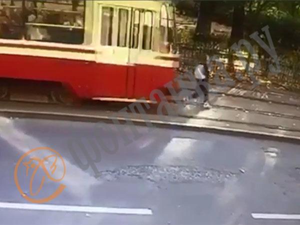 «Безопасный город» снова показал страшное кино со счастливым финалом. Петербурженка  выжила под колесами трамвая