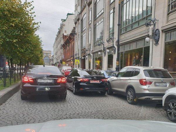 Большая Конюшенная травит анекдоты: у ДЛТ вторым рядом встала «Тойота» с дипномерами, а рядом – старый «Москвич»