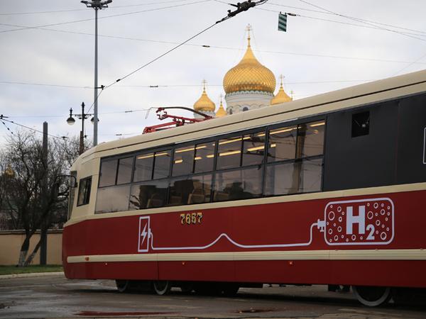 «Если что, взрыв все равно уйдет вверх». В Петербурге показали трамвай на водороде