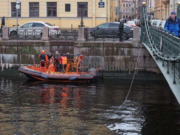 «Ищем белый строительный мешок». Спасательная служба погрузилась на дно Мойки в поисках жертвы доцента Соколова