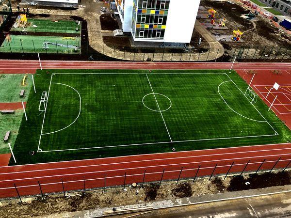 В школе на 1175 мест в ЖК «Краски лета» смонтировали футбольное поле