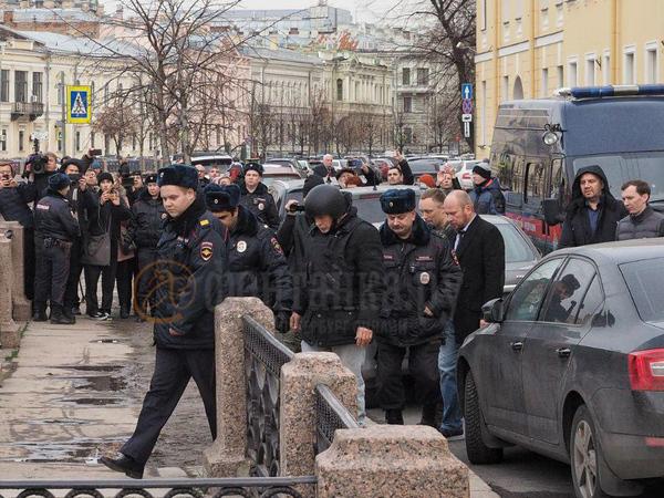 «У большинства вызывает агрессию». Адвокат Соколова объяснил, почему доцента привезли на Мойку в бронежилете и каске