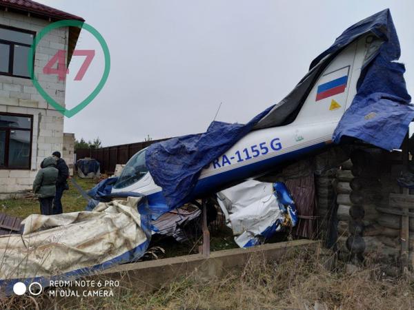 Пилот пытался избежать падения на жилые дома. У аварийно приземлившегося под Петербургом самолёта отказал двигатель