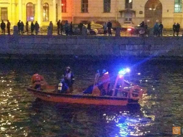 В Фонтанку упал «Логан» с двумя детьми. Прохожий сиганул в воду, чтобы спасти младенца и школьника