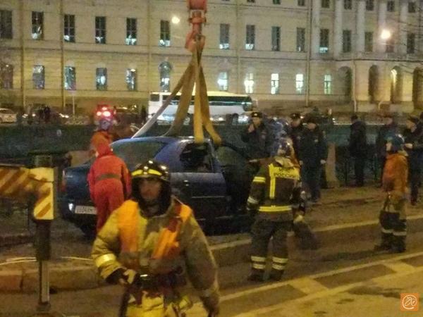 Скатившийся в Фонтанку автомобиль подняли с помощью крана. «Фонтанка» показывает видео