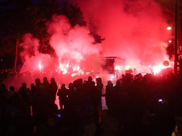 Фанаты «Зенита» устроили команде огненную встречу у стадиона