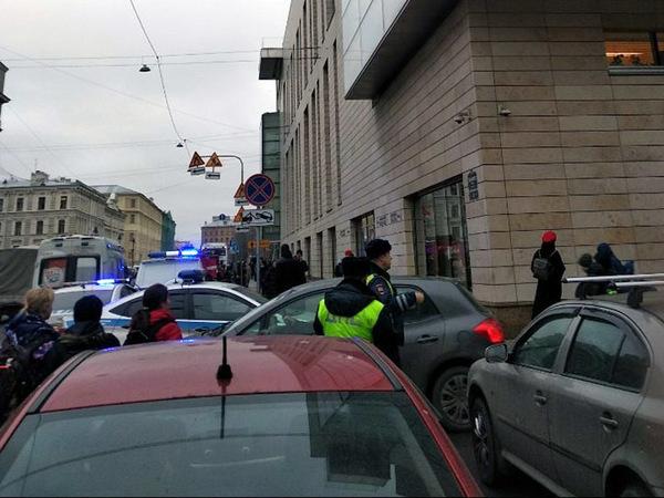 Вторую сцену Мариинки окружили полиция и МЧС. Упавший в театре мужчина заявил об угрозе взрыва